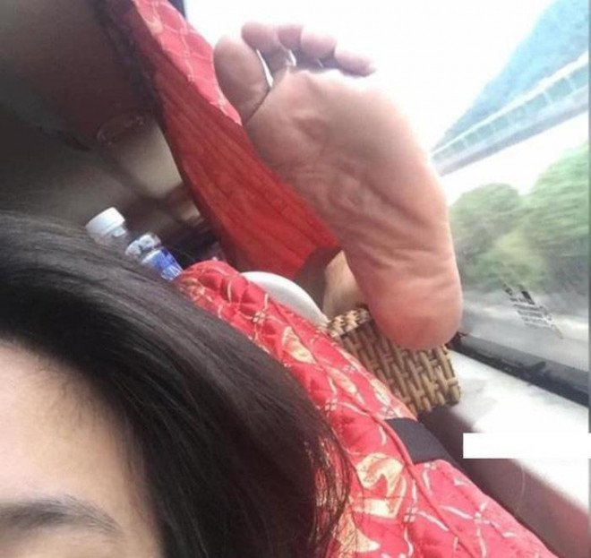 Phat ngan truoc hanh dong vo y thuc, gac chan len ghe truoc tren xe khach-Hinh-6