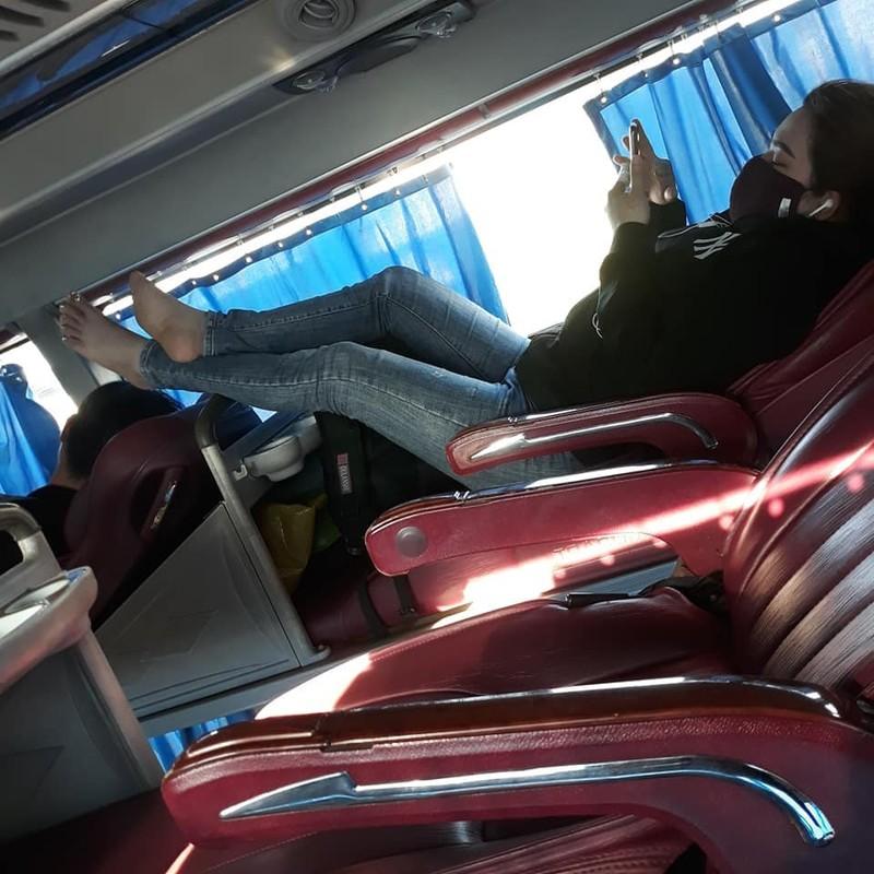 Phat ngan truoc hanh dong vo y thuc, gac chan len ghe truoc tren xe khach