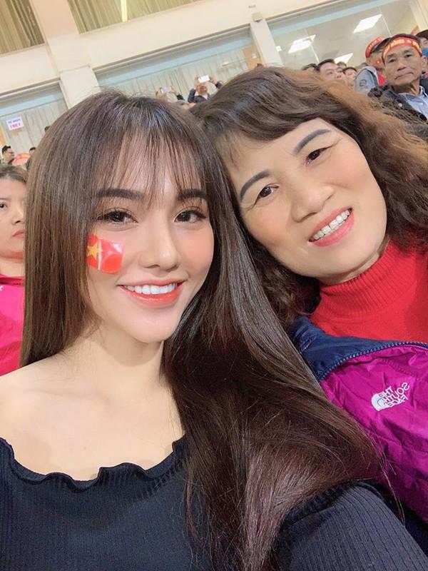Ban gai Hoang Duc khoe goc nghieng