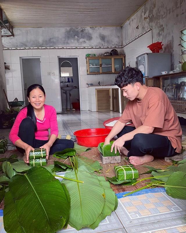 Dan cau thu hi hung khoe goi banh chung an Tet, nhin Van Hau ma chanh long-Hinh-3