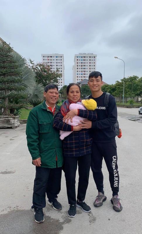 Trung ve Bui Tien Dung li xi cho vo qua khung dip nam moi