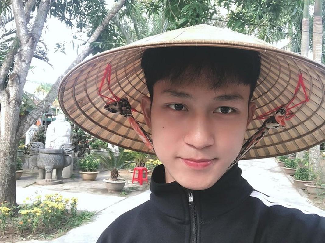 Chang canh sat nhan trieu like chi voi nu cuoi tren moi-Hinh-5
