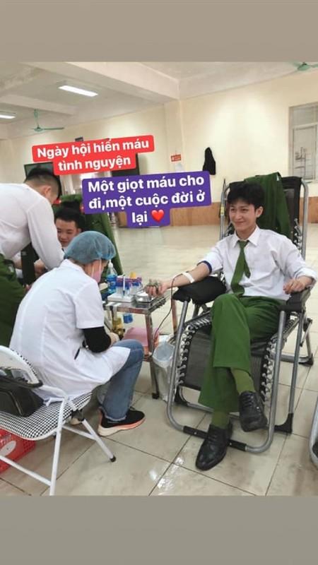 Chang canh sat nhan trieu like chi voi nu cuoi tren moi