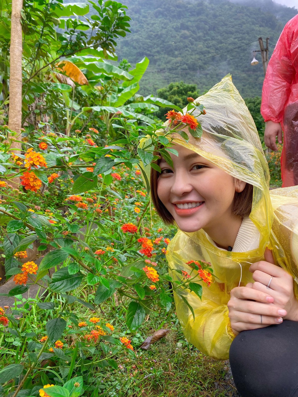 Cong khai hut mo, hot girl Tram Anh lo vong eo