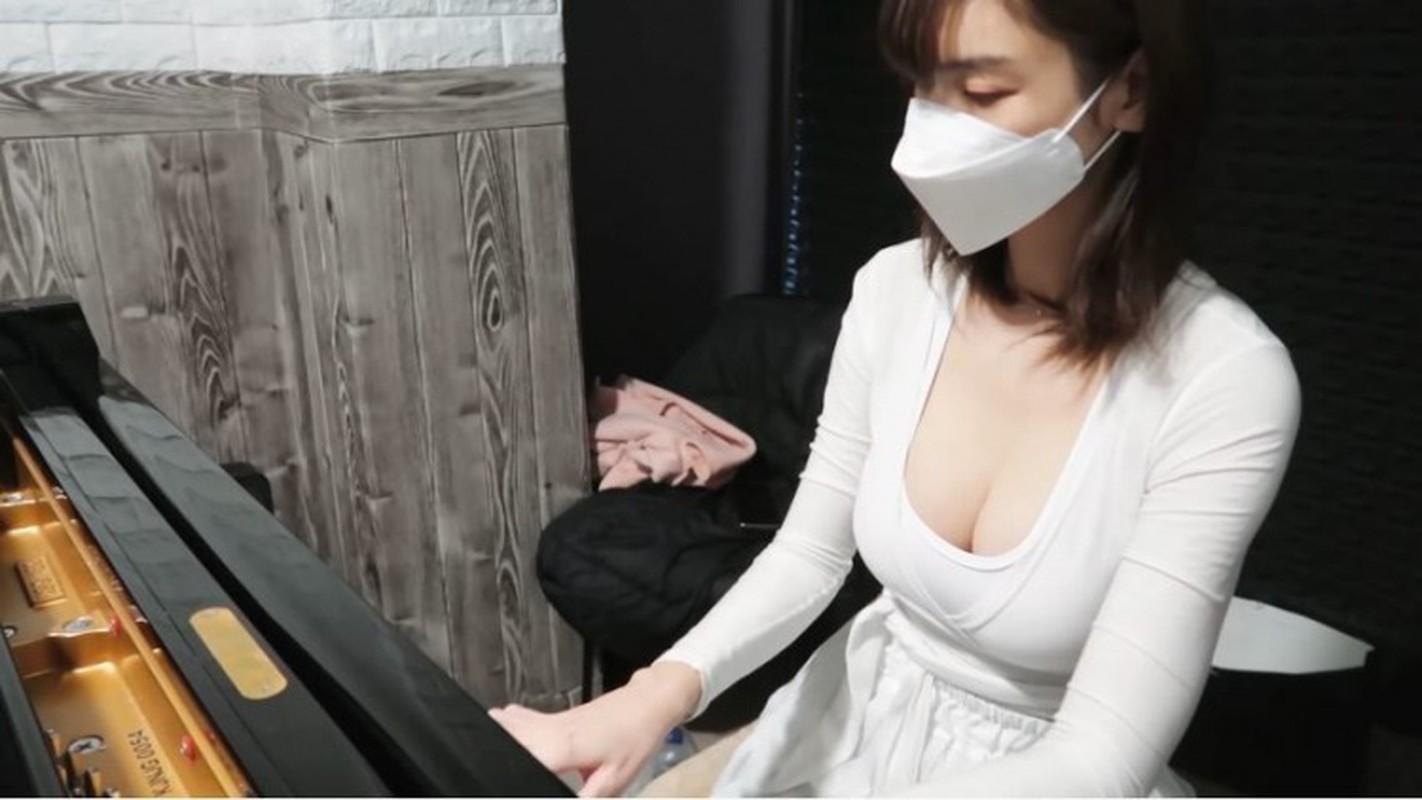 Deo khau trang ngoi choi piano, nu Youtuber gay soc vi nhan sac-Hinh-2