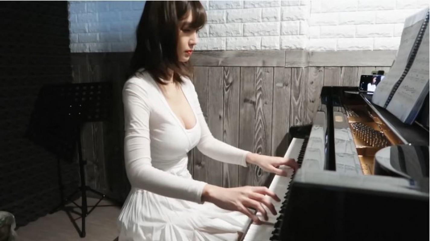 Deo khau trang ngoi choi piano, nu Youtuber gay soc vi nhan sac-Hinh-4