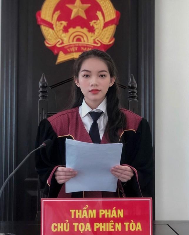 Nu sinh Hoc vien Toa an gay thuong nho trong trang phuc Tham phan-Hinh-2