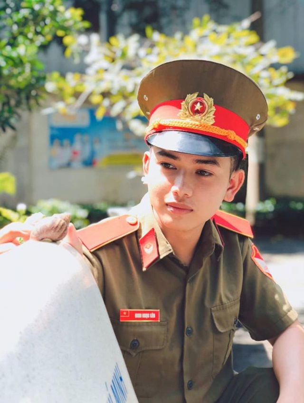 "Diem mat dan ""hot boy quan phuc"" khien mang xa hoi dien dao-Hinh-9"