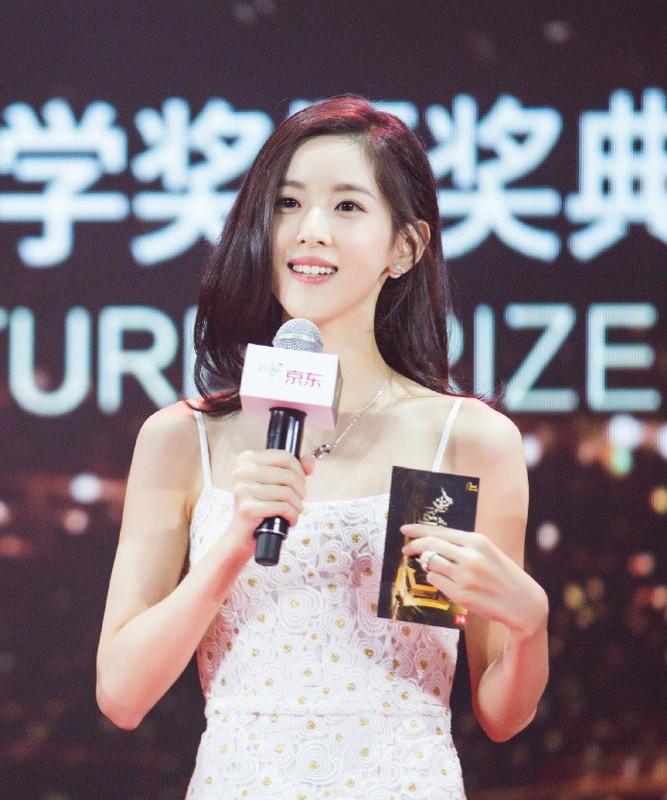 """""""Hot girl tra sua"""" xu Trung dau chi dep ma con giau co chu danh-Hinh-2"""