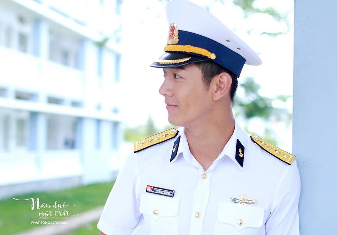 """Chet me"" hinh anh dep trai cua Song Luan khi dien quan phuc-Hinh-5"