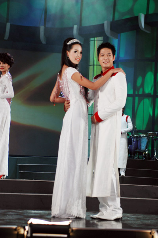 Mai Phuong Thuy trinh dien boc lua tren san catwalk-Hinh-9