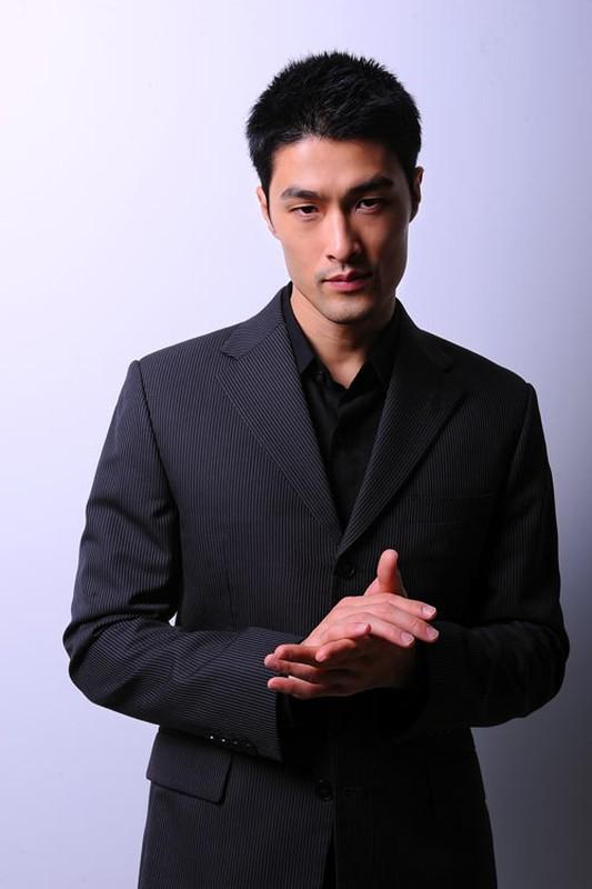 Choang vang voi ngoai hinh xuong doc cua Johnny Tri Nguyen-Hinh-10