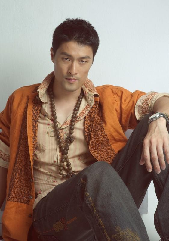 Choang vang voi ngoai hinh xuong doc cua Johnny Tri Nguyen-Hinh-9