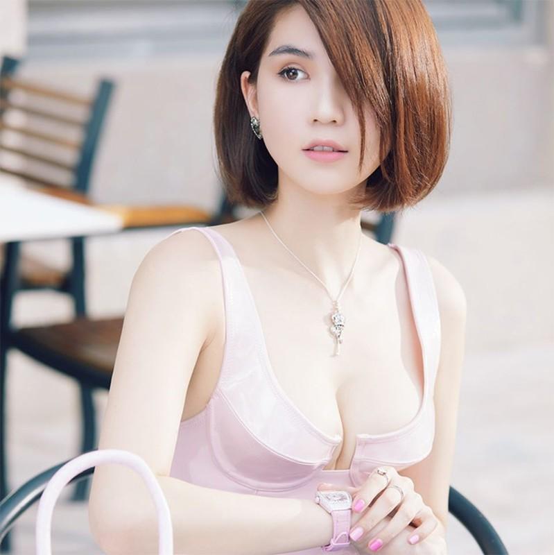 Ngoc Trinh - Ngan 98: Goi cam, it tai nang nhung thua tai tieng!-Hinh-3