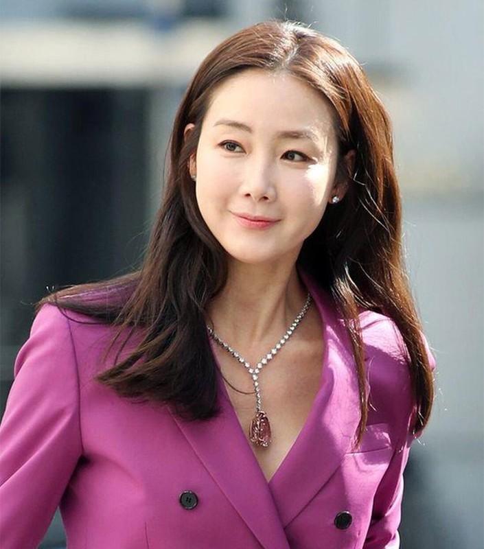 Choi Ji Woo giau co, vien man ben chong va con gai moi sinh-Hinh-16
