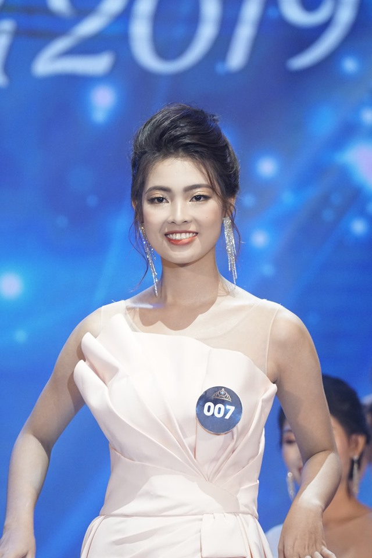 Nhan sac Hoa khoi Nguoi dep Du lich Quang Binh bi tuoc vuong mien-Hinh-2