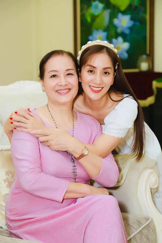"Nhan sac ""hoa khoi lang Thuong Tin"" cua me ruot Khanh Thi"