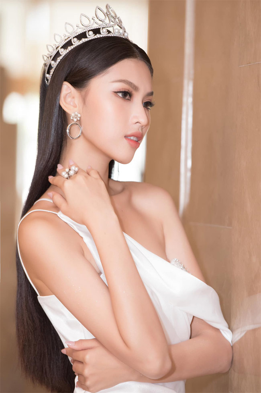 A hau Ngoc Thao khoe eo thon, chan dai nong bong hut mat-Hinh-6