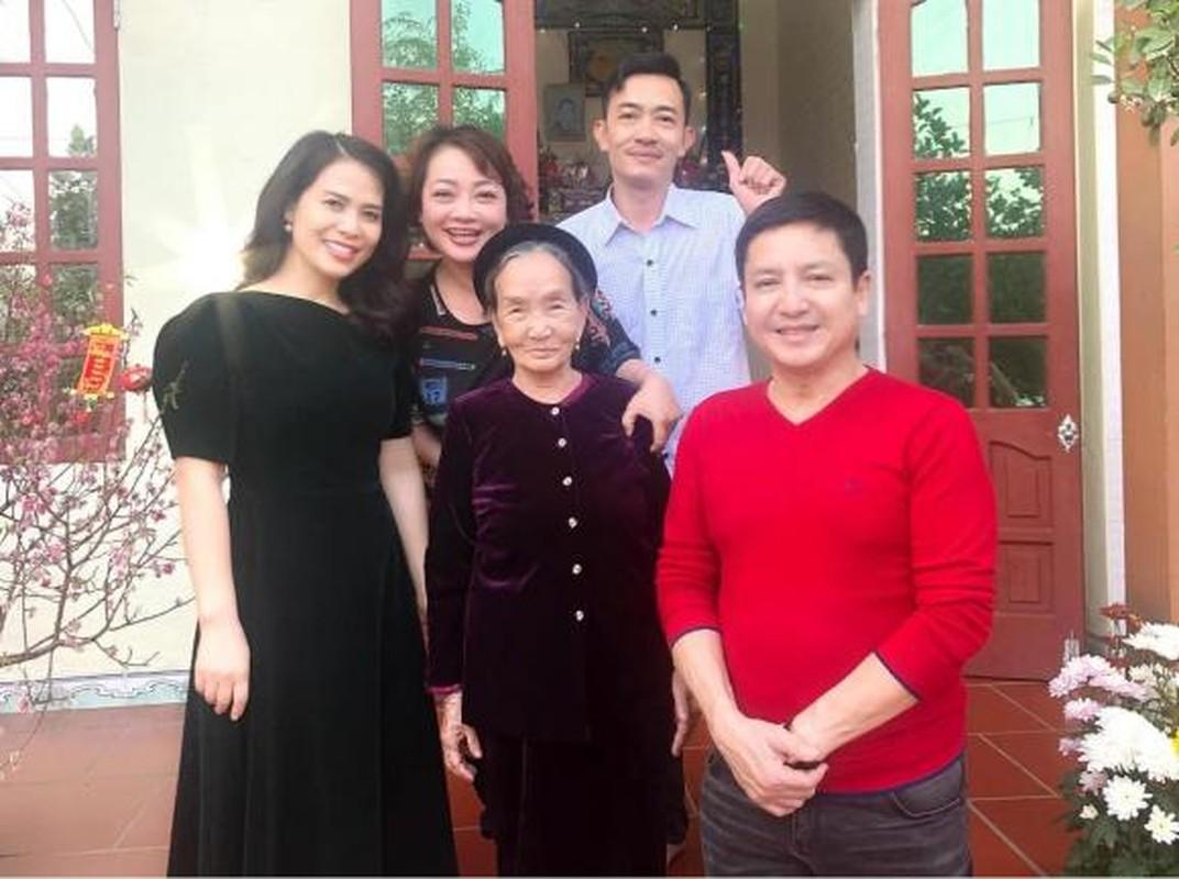 Nghe si Chi Trung hanh phuc ben ban gai xinh dep kem 17 tuoi-Hinh-4
