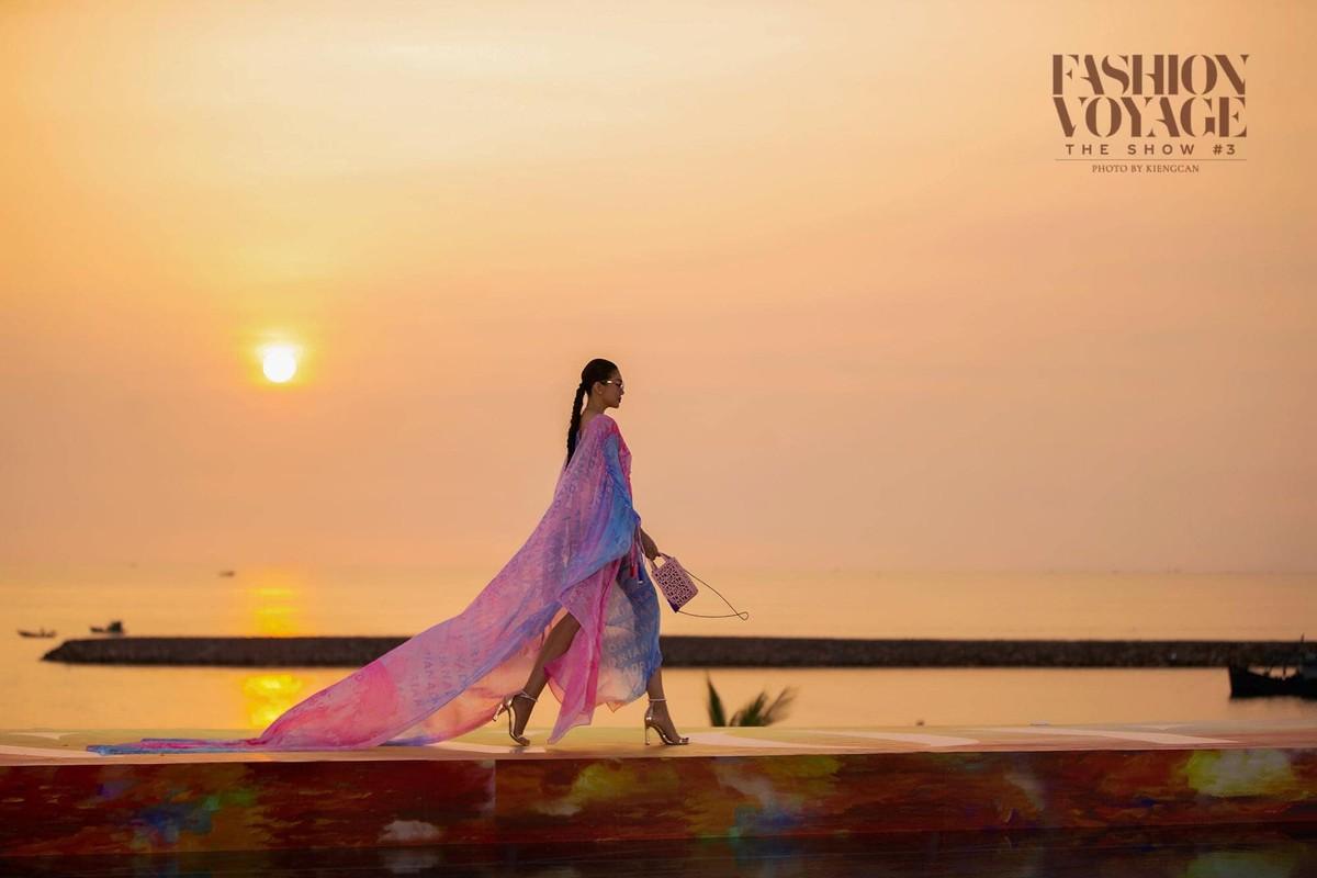 Thanh Hang catwalk than thai dinh cao voi doi chan dai 1,12m-Hinh-5