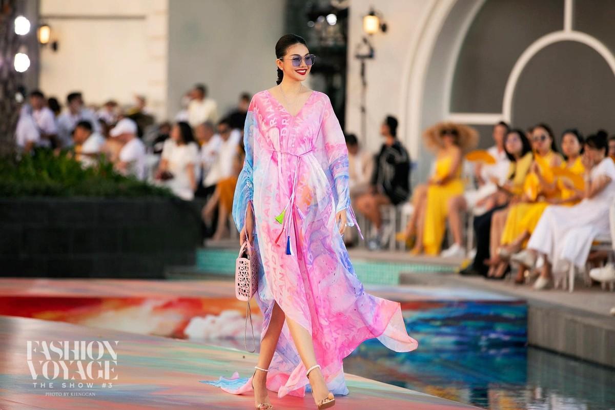 Thanh Hang catwalk than thai dinh cao voi doi chan dai 1,12m-Hinh-6