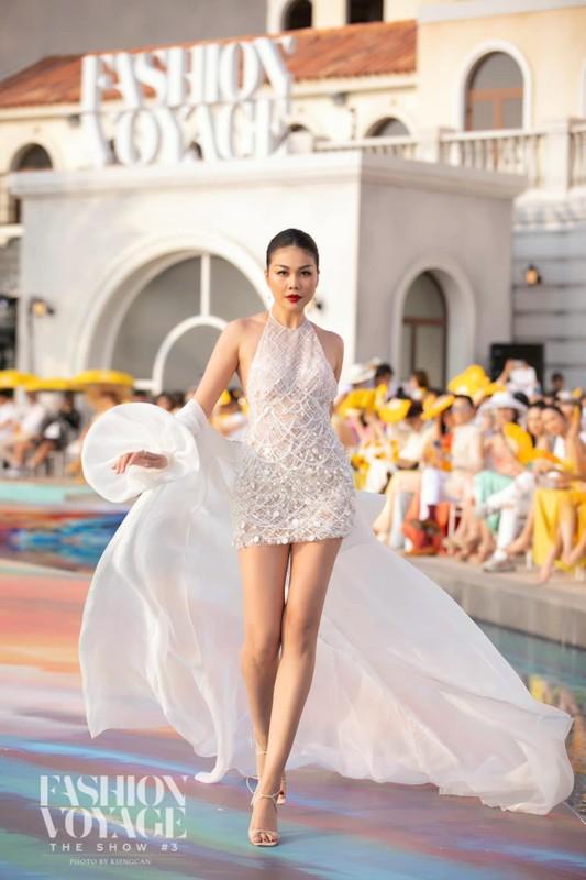 Thanh Hang catwalk than thai dinh cao voi doi chan dai 1,12m