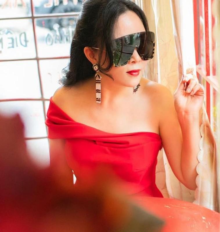 Phuong Chanel chuong vay ao tre vai, khoe ve goi cam hut mat-Hinh-3