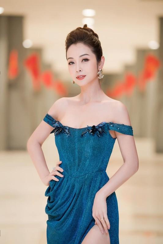 """""""Hoa hau 4 con"""" Jennifer Pham khoe than hinh dong ho cat qua guong-Hinh-10"""
