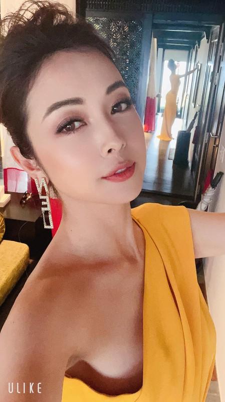 """""""Hoa hau 4 con"""" Jennifer Pham khoe than hinh dong ho cat qua guong-Hinh-2"""