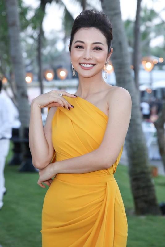 """""""Hoa hau 4 con"""" Jennifer Pham khoe than hinh dong ho cat qua guong"""