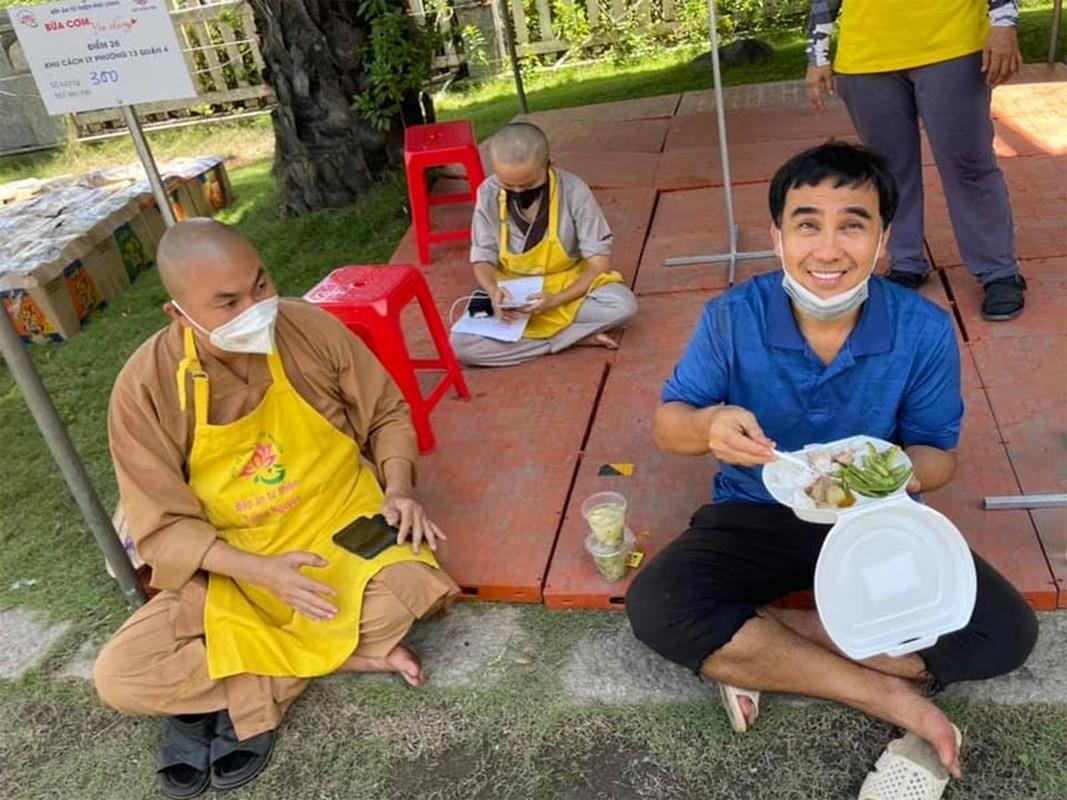 Xuc dong hinh anh MC Quyen Linh ho tro ba con giua dich COVID-19-Hinh-3