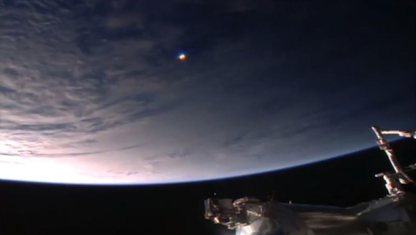 Vat the giong UFO cau vong luon lo quanh Tram vu tru ISS-Hinh-3