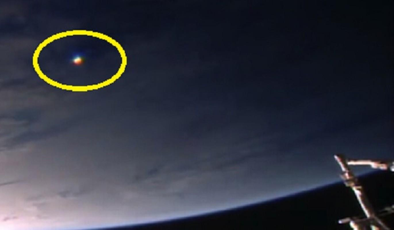 Vat the giong UFO cau vong luon lo quanh Tram vu tru ISS-Hinh-4