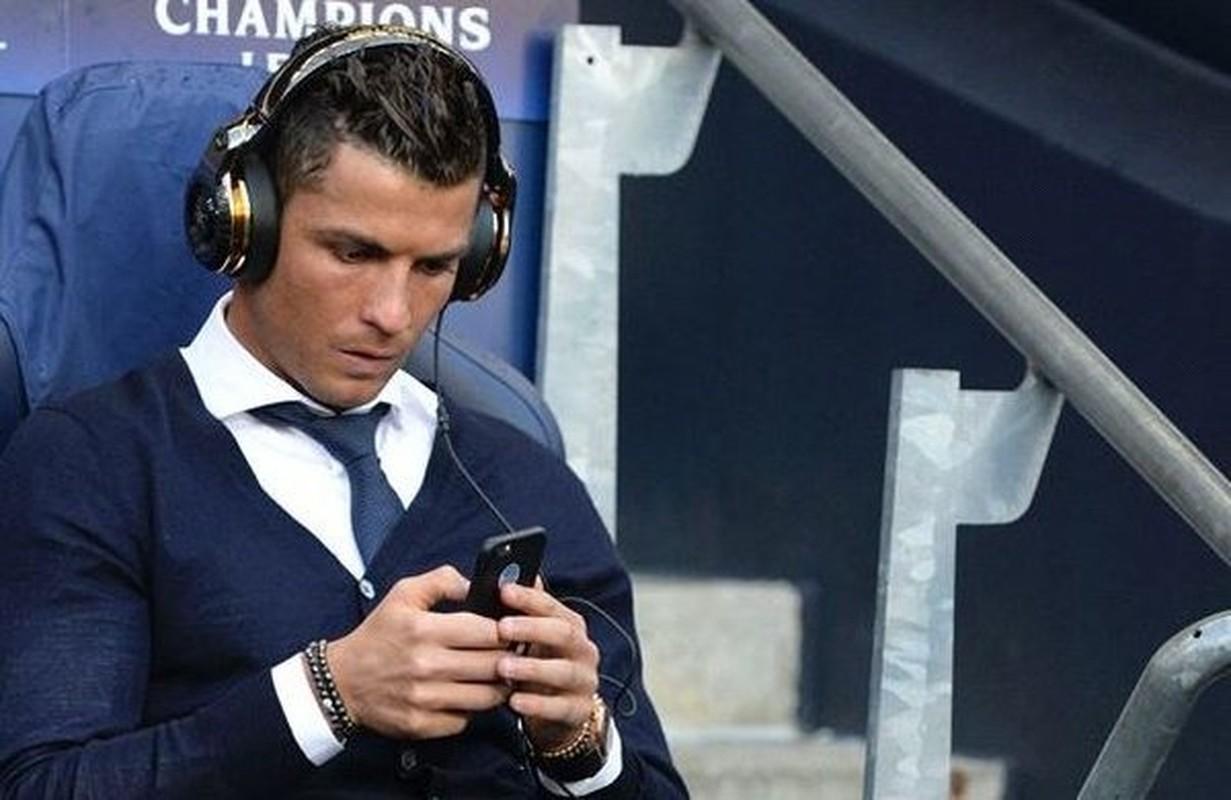 """Cristiano Ronaldo cach ly vi Covid-19, muon MXH gui """"tam thu"""" den fan"""