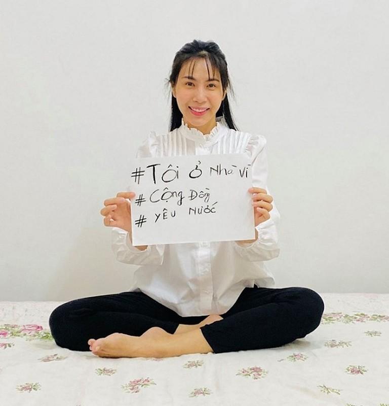 "Sao Viet mua Covid-19: Ngoc Trinh ""du trend'' khau hieu, Ha Ho chuong mu chong dich-Hinh-5"