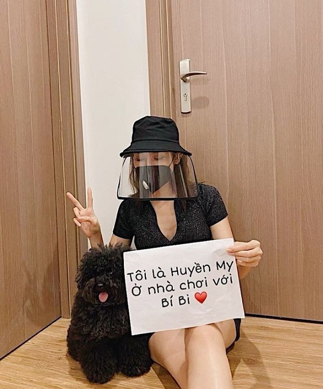 "Sao Viet mua Covid-19: Ngoc Trinh ""du trend'' khau hieu, Ha Ho chuong mu chong dich-Hinh-6"