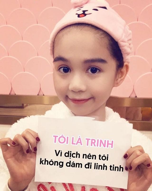 """Sao Viet mua Covid-19: Ngoc Trinh """"du trend'' khau hieu, Ha Ho chuong mu chong dich"""