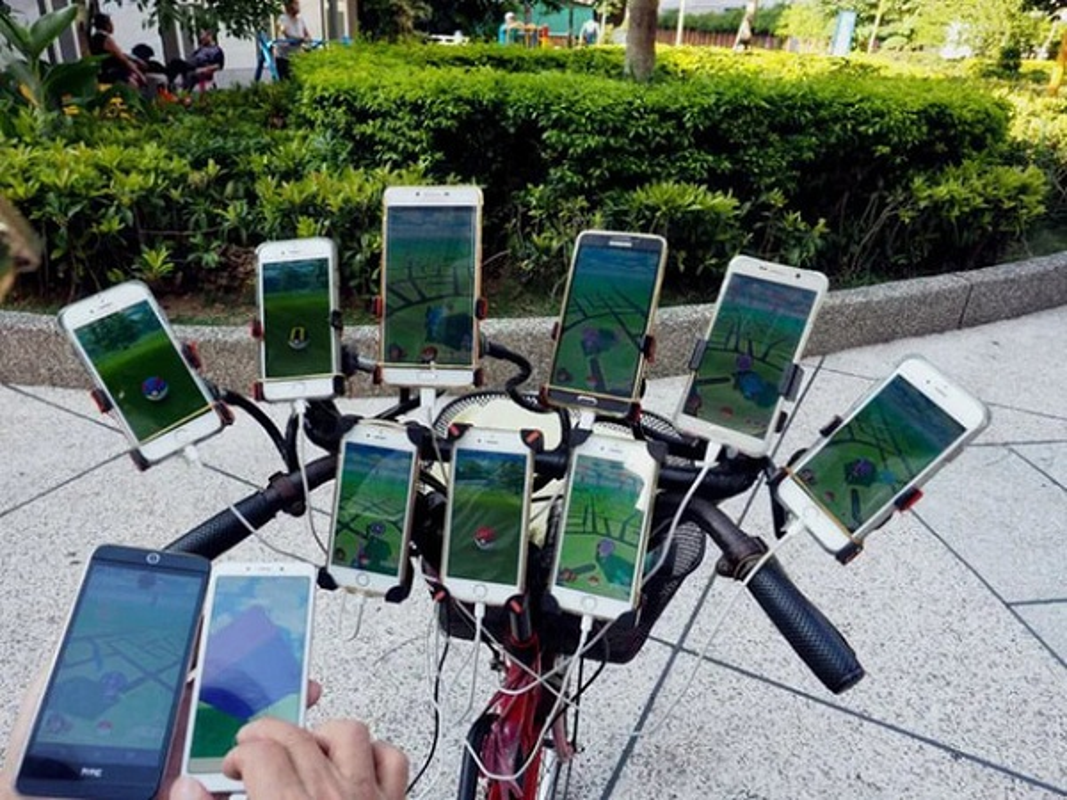 "Can canh ""sieu xe"" cua cu ong gan gan 70 smartphone choi Pokemon Go-Hinh-2"