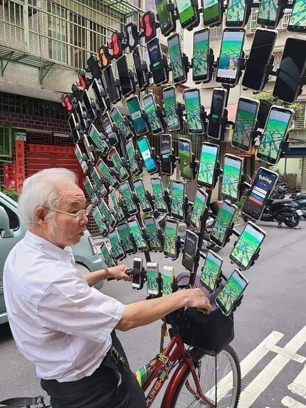 "Can canh ""sieu xe"" cua cu ong gan gan 70 smartphone choi Pokemon Go-Hinh-6"