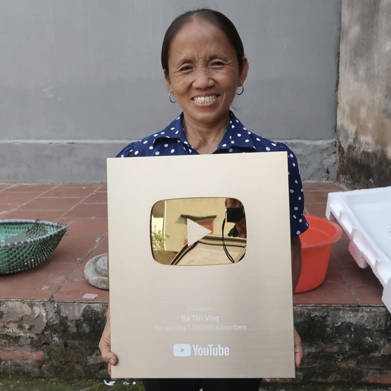 "Sau khi sut view, kenh Youtube Ba Tan Vlog gio ""luu lac"" noi nao?-Hinh-8"