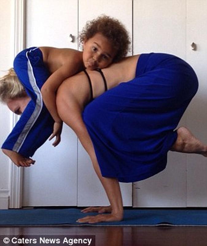 Bo anh yoga dep cua 3 me con gay sot mang-Hinh-3