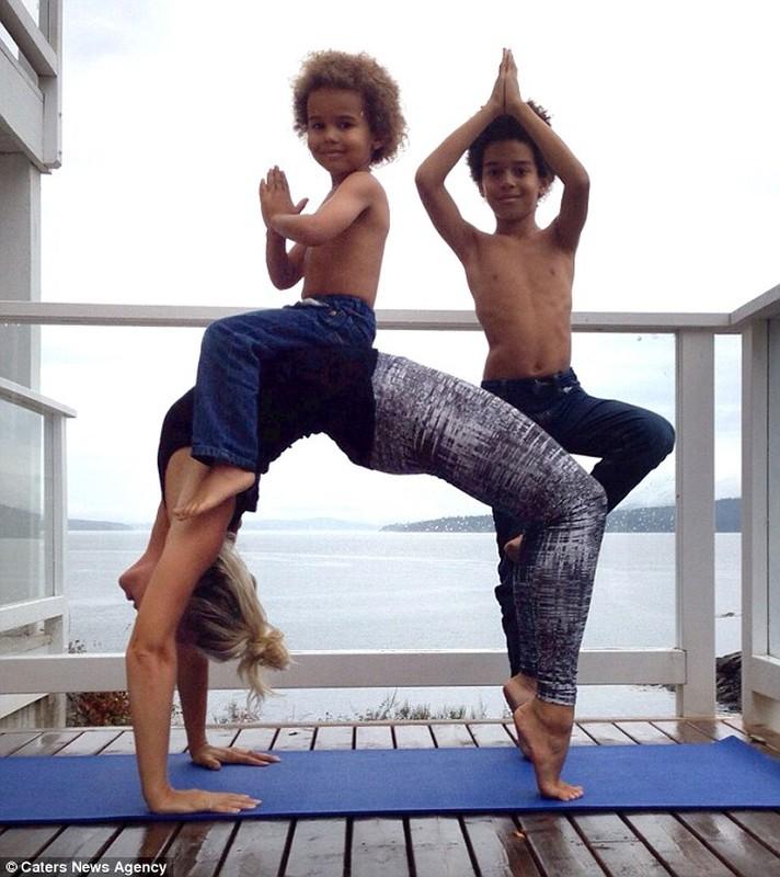Bo anh yoga dep cua 3 me con gay sot mang-Hinh-4