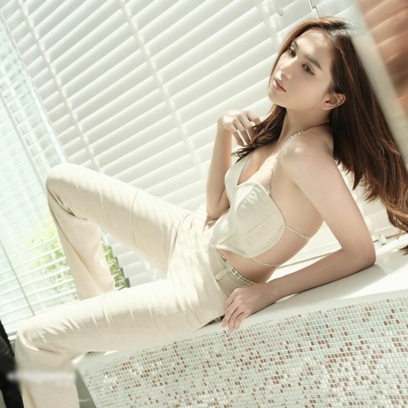 """""""Dung"""" ao Ngoc Trinh, my nhan """"top 100 guong mat dep nhat The gioi"""" lo bung mo-Hinh-4"""