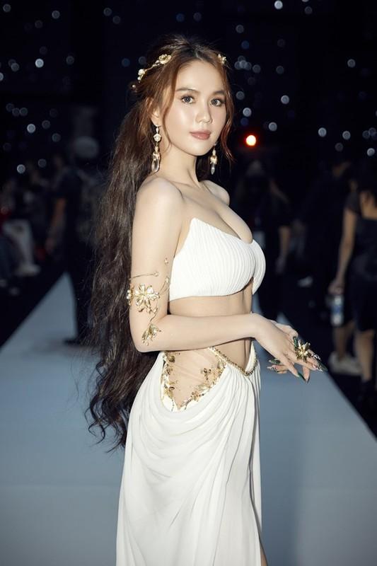 Hoa than thanh nu than, Ngoc Trinh ngot ngao van sexy vo doi