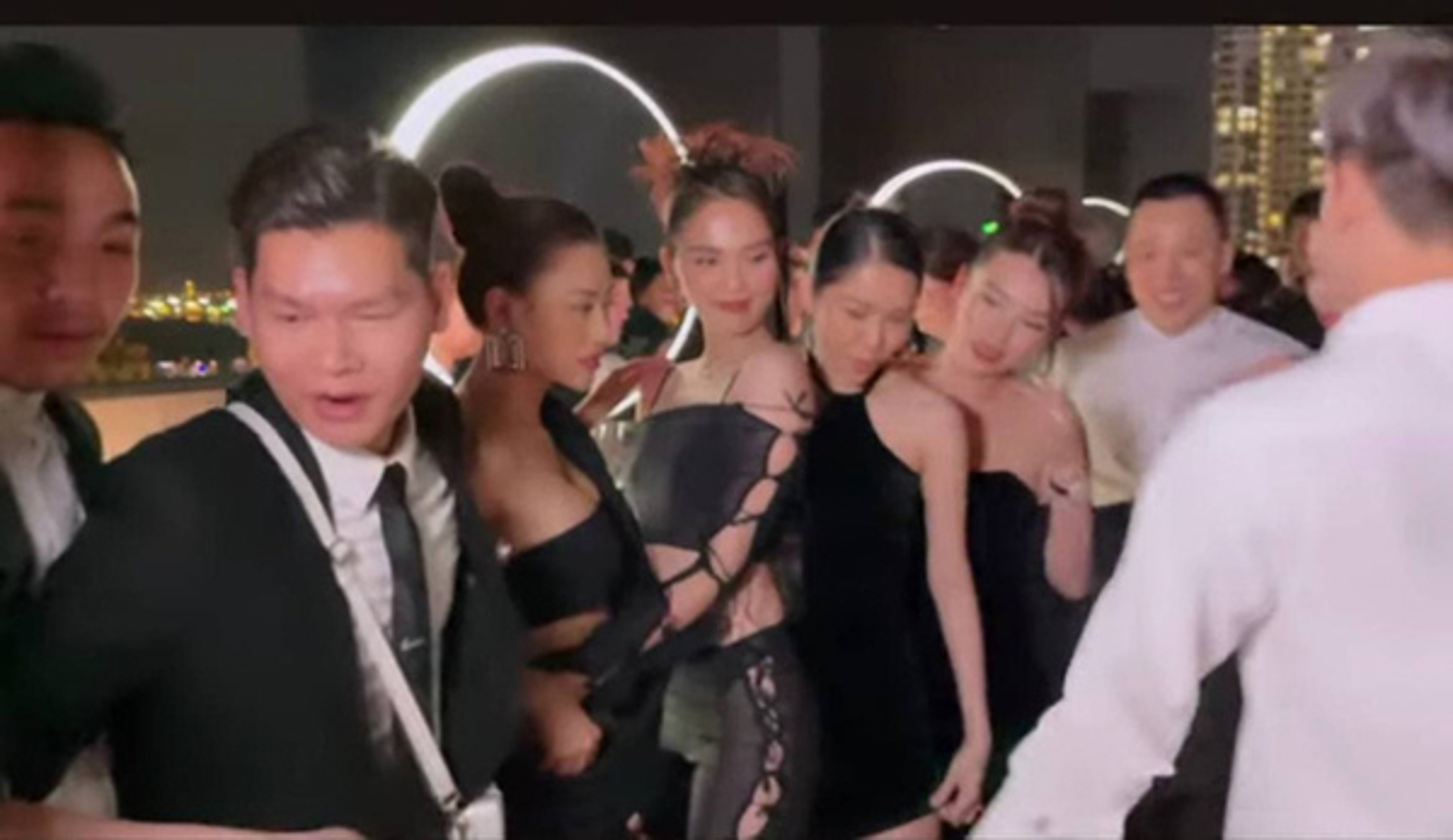 "Choi lon nhu Ngoc Trinh, dau nam ho bao, ""mac nhu khong"" ra duong-Hinh-7"