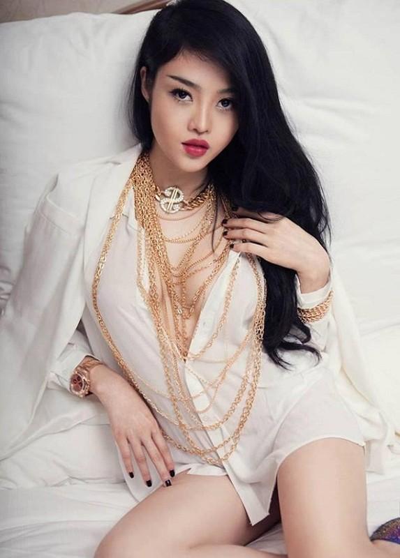 """Nguoc doi """"hoa hau an choi"""": Thuong ngay sexy het nac, nghi le kin bung-Hinh-2"""