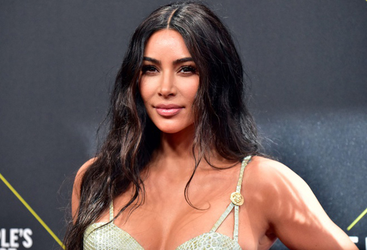 "Kim Kardashian hoi han, hoa hau Julia Ho lai ""dam me"" duong da bang mau-Hinh-9"