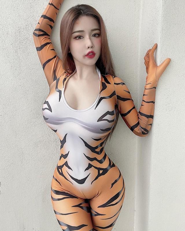 Mac trang phuc hoat hinh, hotgirl khoe body sexy gay choang-Hinh-7