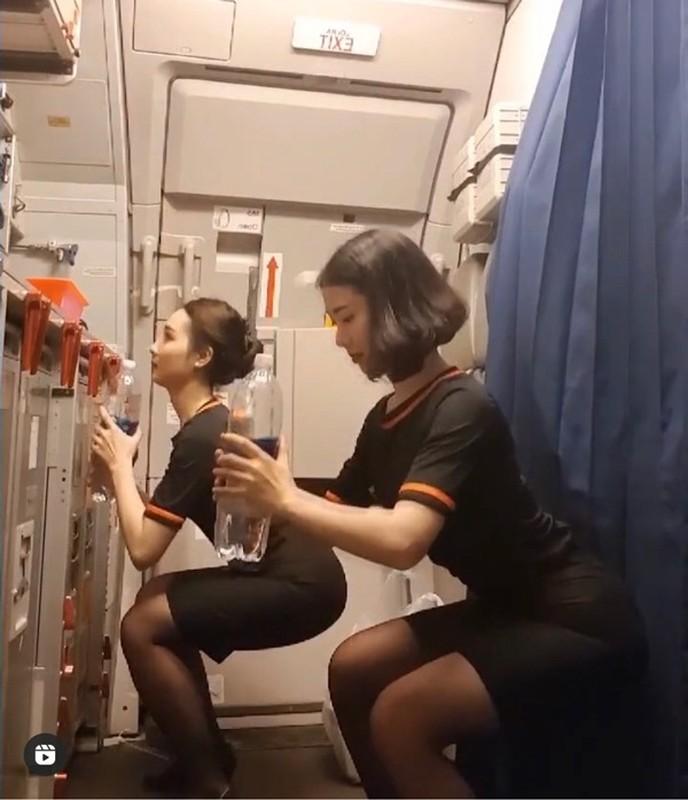 "Tap the duc trong dong phuc bay, nu tiep vien lien tuc duoc ""tha tim"""