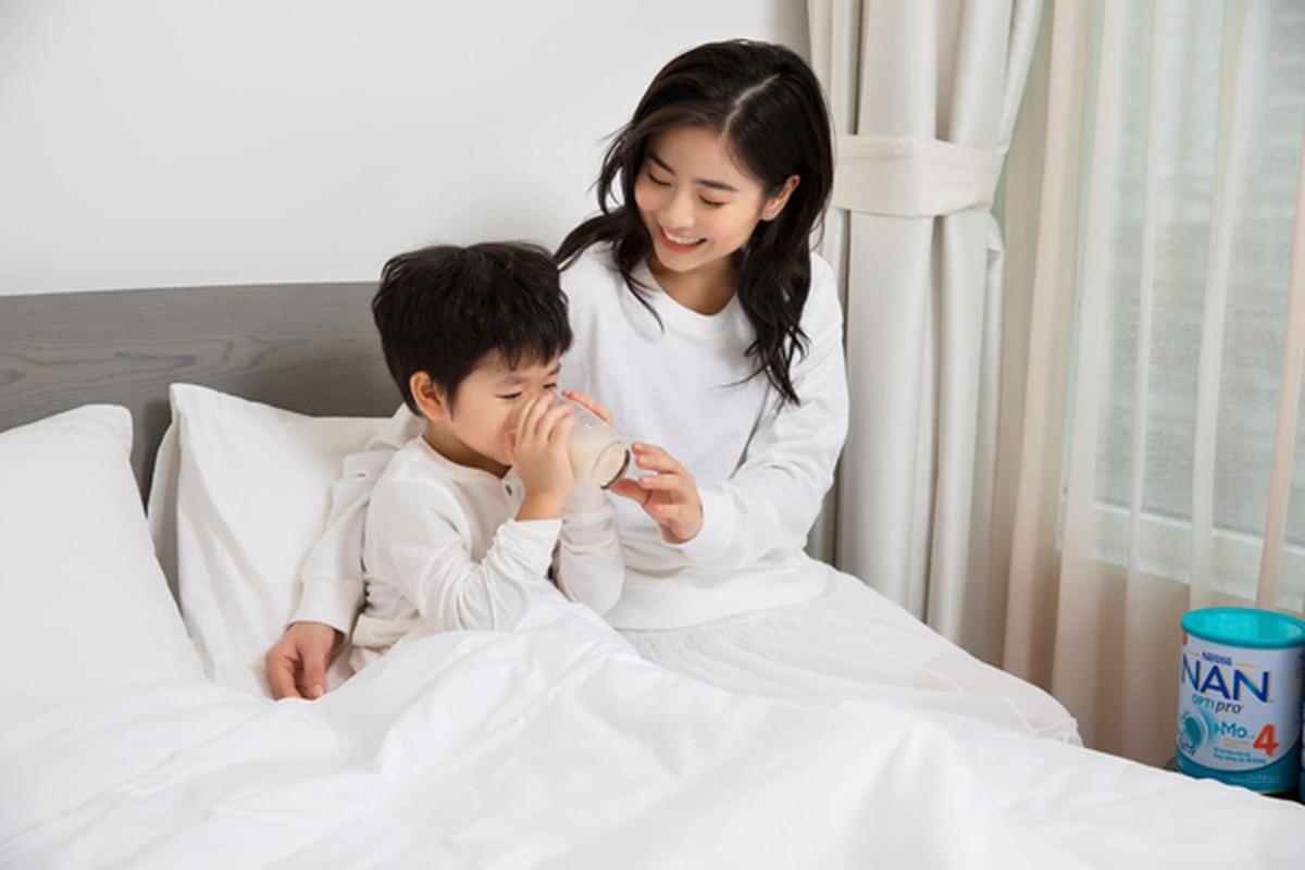 """Hot mom Nam Thuong mac gi duoc bao Trung khen """"me bau dep nhat""""?-Hinh-10"""